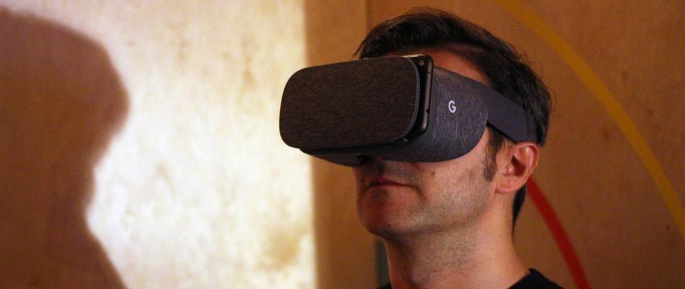 kille med mobilt VR